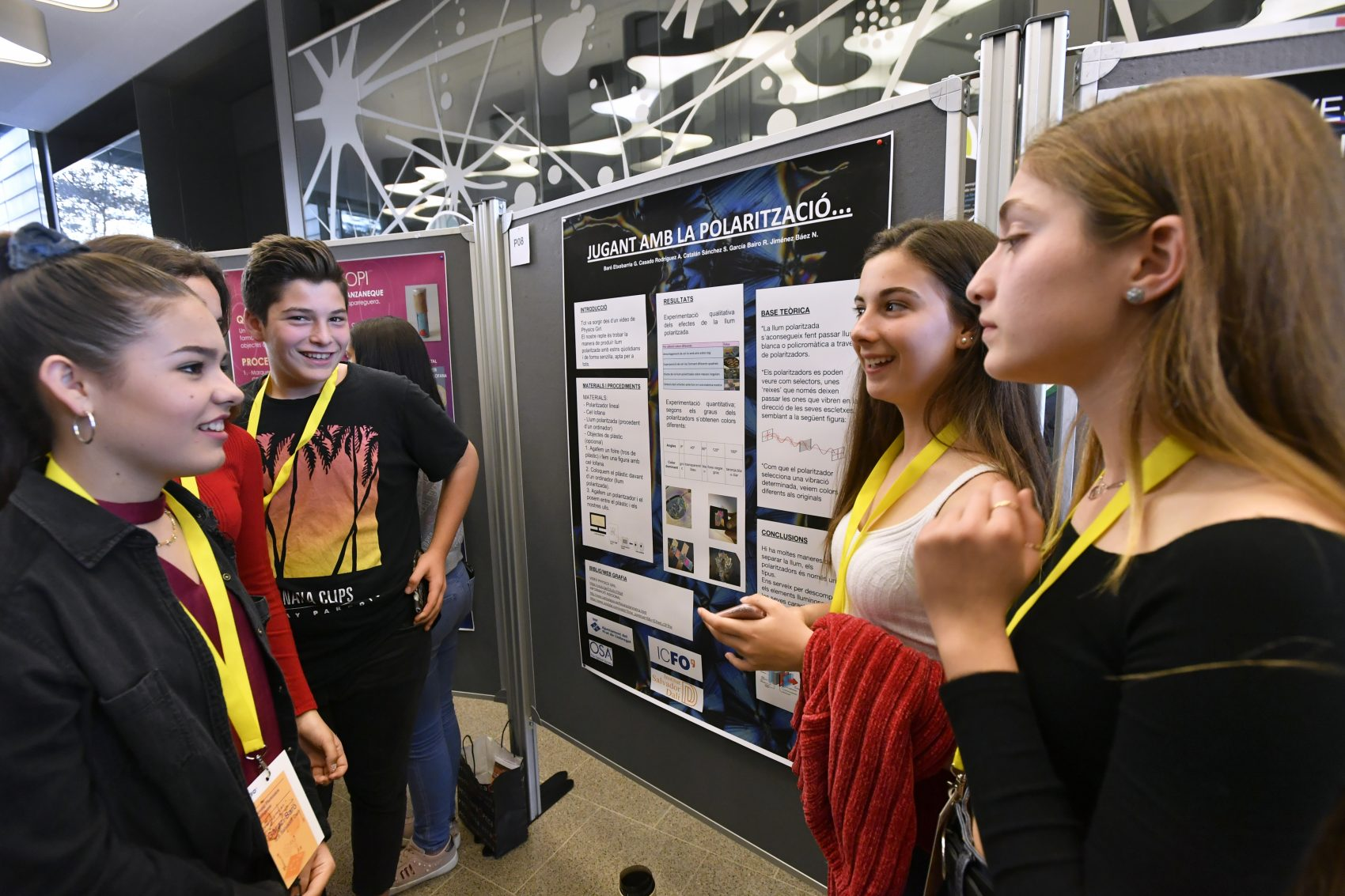 Students discussing about their projects at the Young Photonics Congress